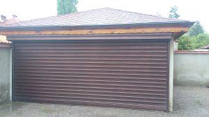 кафява двойна гаражна врата на външен гараж