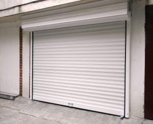 бяла ролетна гаражна врата