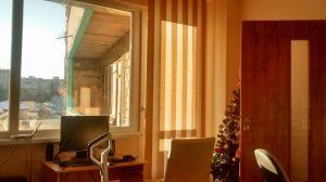 вертикални щори във всекидневна стая