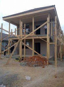 Строяща се къща със скеле и чисто нова дограма