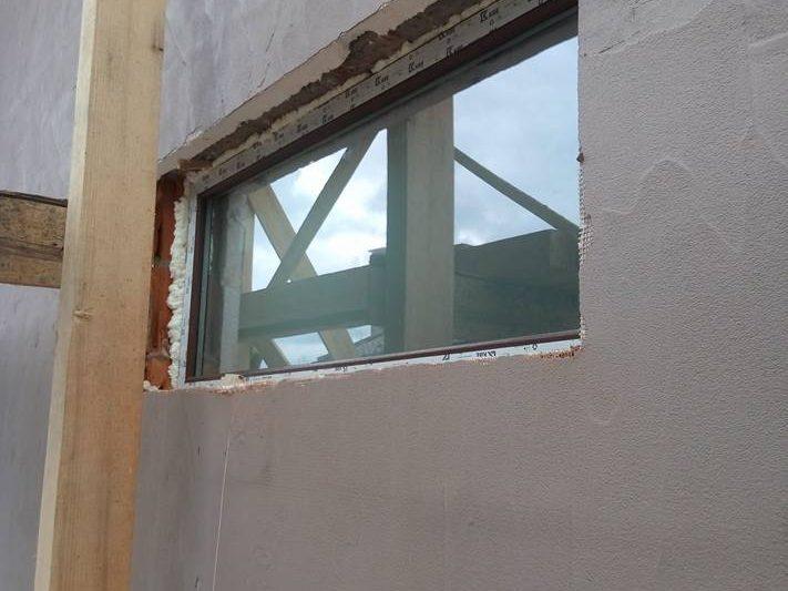 кафява дограма прозорец