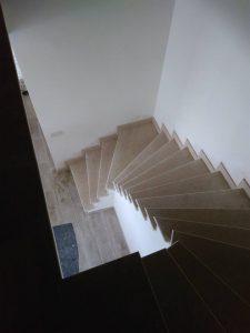 извити стълби от естествен камък
