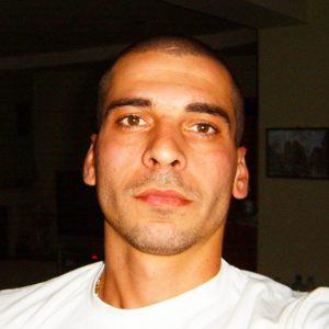 Мъж с бяла блуза в близък кадър